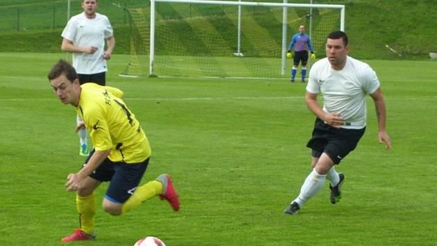 Fotbalisté Strání B (ve žlutých dresech) doma pouze remizovali s Nezdenicemi 1:1.
