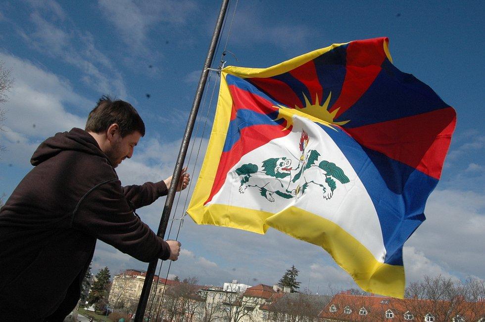Vyvěšování tibetské vlajky na střeše hradišťského kina Hvězda.