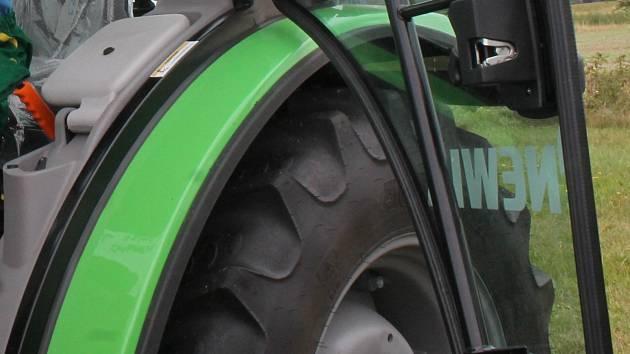 Velkým zadním kolem přejel v pondělí ráno traktor muže v Čebíně na Brněnsku. Ilustrační foto