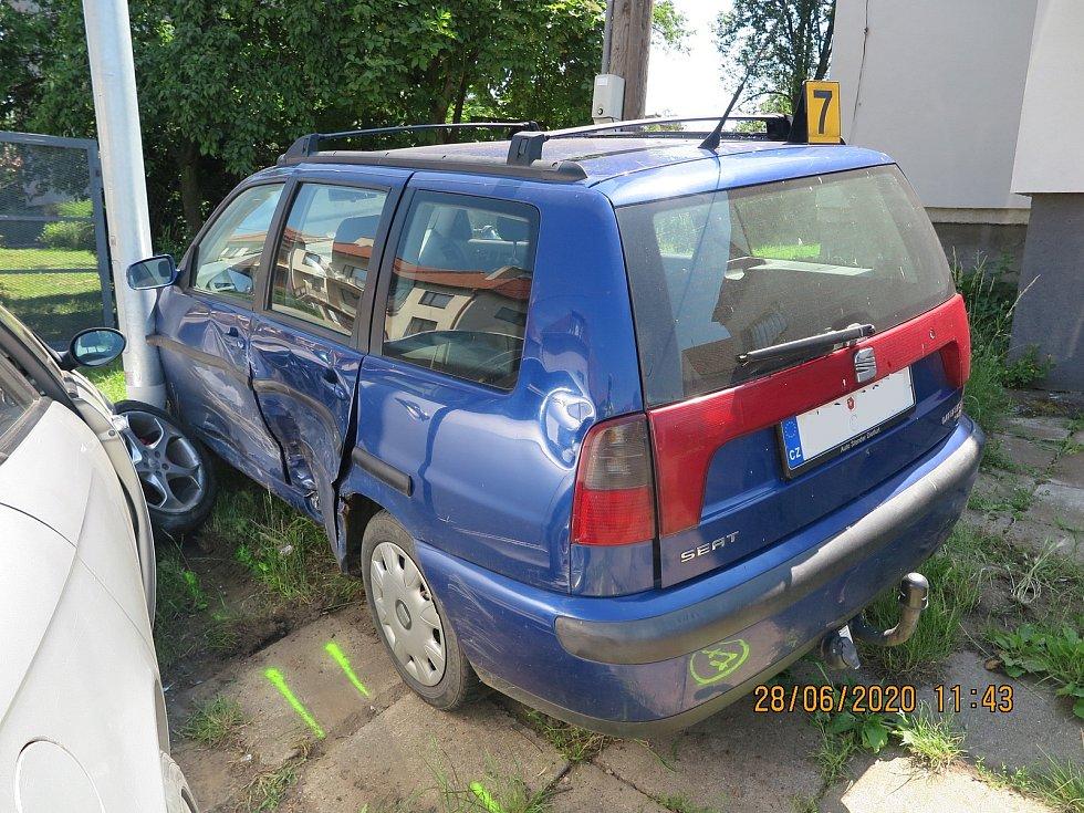 Řidič ujížděl před policisty, naboural při tom dvě vozidla.