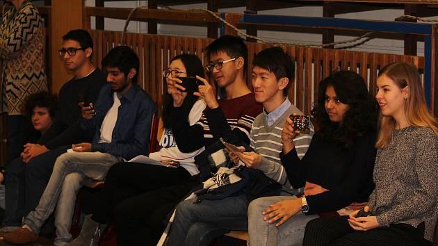 Sedmička zahraničních studentů v rámci projektu EDISON navštívila na týden Uherské Hradiště, kde budou na Základní škole UNESCO žákům přednášet o svých národnostech. Mezi vysokoškoláky z ciziny nechyběli zástupci Indie, Číny nebo Kostariky.