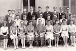 Žáci posledního ročníku základní školy v Tupesích v roce 1962–1963.