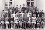 Paní učitelka Úředníčková a pan učitel Hladký se žáky IX. ročníku ve školním roce 1965–1966.