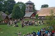 Na dvě stovky členů historických skupin zČeska, Slovenska, Polska a Německa ukáže lidem, jak se žilo a pracovalo na Velké Moravě. Lákadlem bude velkomoravská bitva Veligrad 2017.