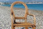 Křeslo na pláži v Biotu.