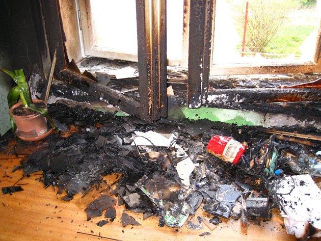 Požár dětského pokoje v rodinném domku se díky zásahu majitelů nerozšířil do celého domu.