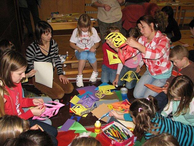Děti tvořily z různých materiálů ozdoby na vánoční strom.