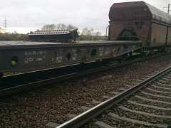 Nákladní vlak poškodil část tratě.