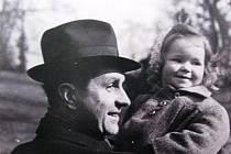 František Kožík s dcerou Alenou Kožíkovou (na snímku), která na něj na sympoziu vzpomínala.