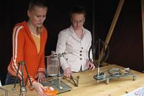 Návštěvníky akce zaujaly také ukázky fyzikálních pokusů.