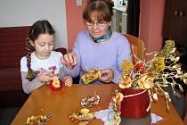 Vnučka paní Kroutilové našla ve výrobě ozdob z křížal rovněž zalíbení.