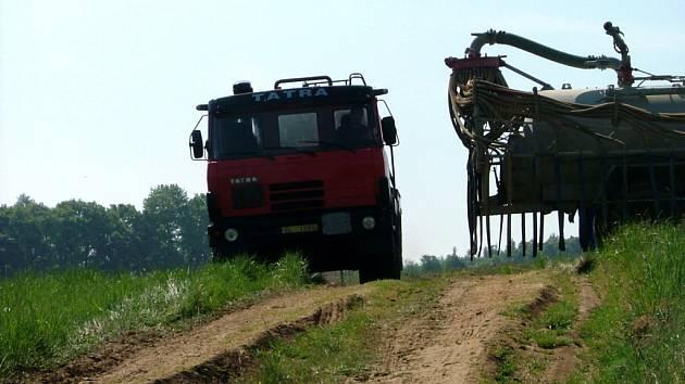 Zemědělci močůvku vyváželi na pole za Míkovice.