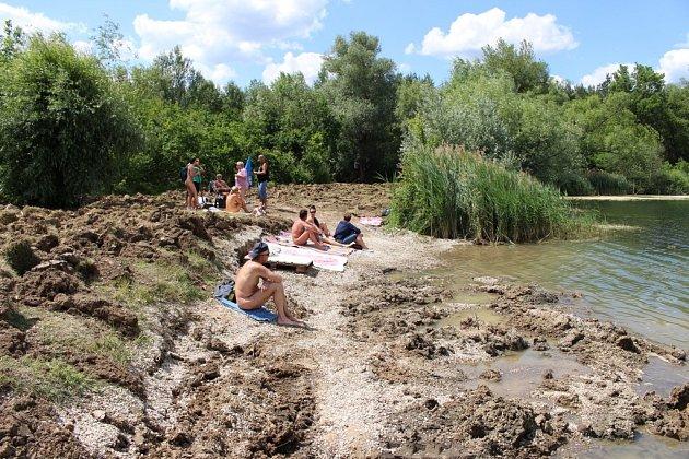 Uživatelé nudistické pláže na Kunovské tabuli vOstrožské Nové Vsi našli svou pláž zcela rozoranou.