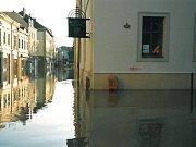 Zatopená nádražní ulice a Klášterní vinárna.