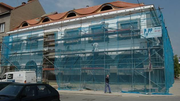 Na přestavbě historické restaurace Šarovec v těchto dnech intenzivně pracují stavební čety.