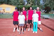 Úspěšná sestava tenistů Uh. Hradiště: zleva T. Hrabec, A. Santoriová, Z. Bulejka, L. Juřena, M. Procházková a M. Raštica.