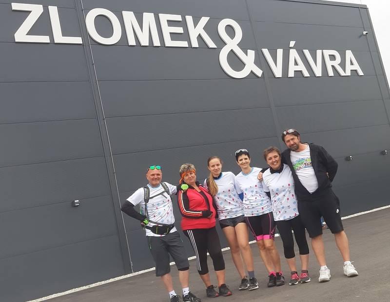 Na kole deštivými vinohrady se vydala také skupinka cyklistů z Ostrožské Lhoty. Zastávka v areálu společnosti Víno & Zlomek a Vávra v Boršicích u Blatnice.