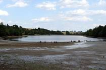 Vypouštění vody z přehrady v Buchlovicích.