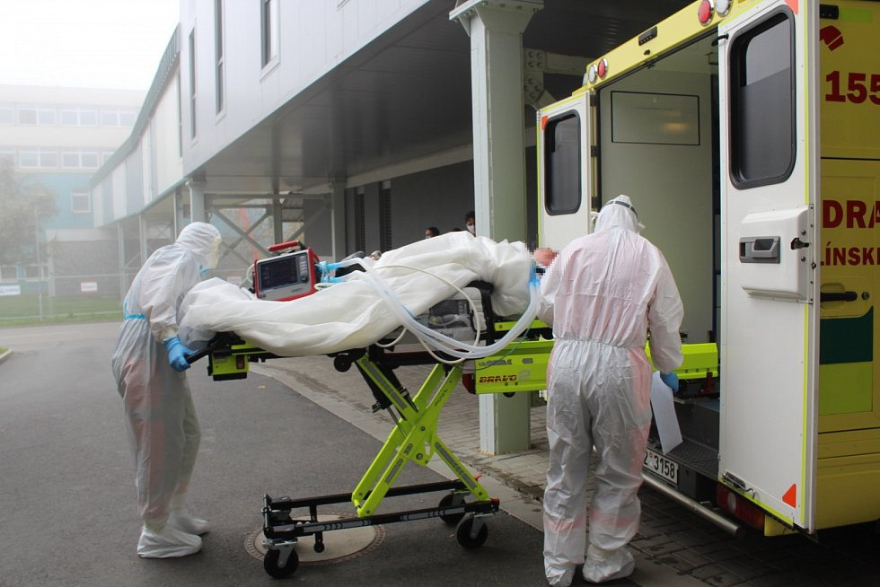 Nakládání dvou pacientů ve vážném koronavirovém stavu do dvou sanitek v Uherskohradišťské nemocnici, před transportem do nemocnice v Praze Motole