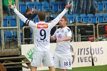 1. FC Slovácko - Slovan Bratislava. Petr Švancara (vlevo) centroval, Václav Ondřejka hlavou vstřelil gól