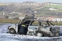 Popáleného našli dvacet metrů od hořícího auta. Zasahovat tak museli i hasiči.