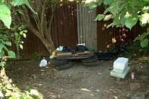 Prostor, který bezdomovci nově osídlili, připomíná spíše skládku. Strážníci ji hodlají zlikvidovat a případná setkávání lidí bez domova na tomto místě častěji prověřovat