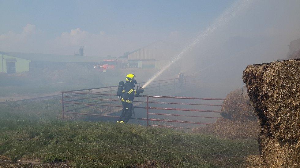V Břestu se snaží hasiči požár uhasit už od 10:50.