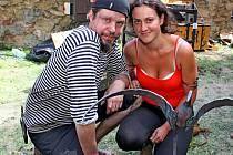 Umělecká kovářka Barbora Rácová s kamarádem.
