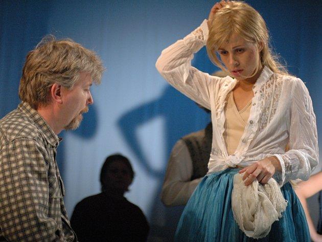 Režisér hercům trpělivě vysvětluje své představy.