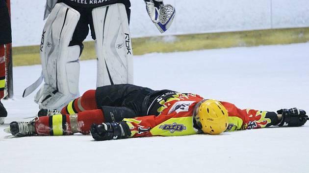 Zraněný Martin Jurásek zůstal ležet na ledě.