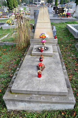 Městský hřbitov Vsetín: Valašský primáš, učitel a sběratel lidových písní Zdeněk Kašpar (19252002).
