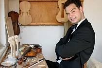 Jiří Pospíchal v dílně svého bratra, který vyrábí housle. Druhý tvoří smyčce, Jiří pak na housle hraje.