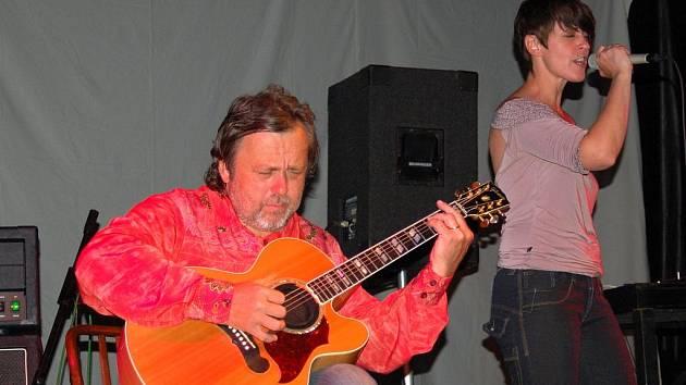 Zpěvačku Moniku Načevu doplnil na akustickou a elektrickou kytaru někdejší člen Pražského Výběru a Stromboli, kytarový virtuoz Michal Pavlíček.