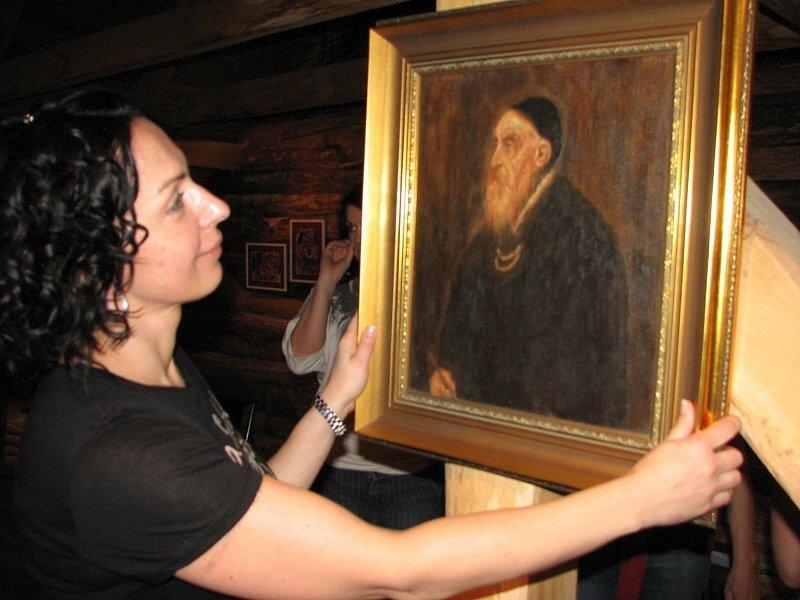 Tady to pověsím, pronesla rozhodně, ale s šibalským úsměvem výtvarnice Jana Marčíková.