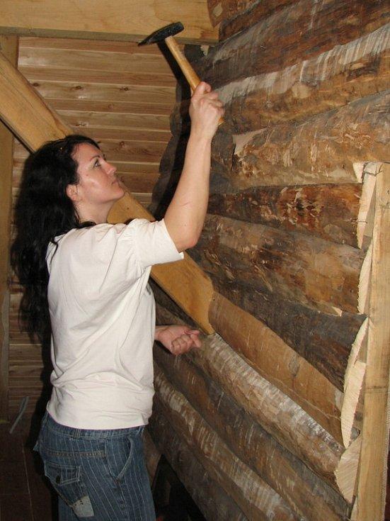 Hřebík do dřeva umí zarazit i žena.