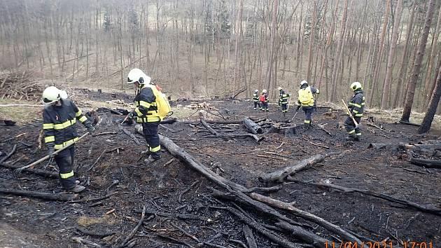 Požár lesního porostu nedaleko Nezdenic na úpatí Bílých Karpat likvidovalo šest jednotek hasičů.