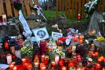 Na místě sobotního neštěstí v pondělí hořely desítky svíček. Lidé sem přinesli i panenky, plyšové hračky či vzpomínkové fotografie, zástupci lopenického obecního úřadu zase smuteční kytici.
