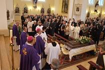 S páterem Josefem Olejníkem se lidé rozloučili v kostele ve Strání.