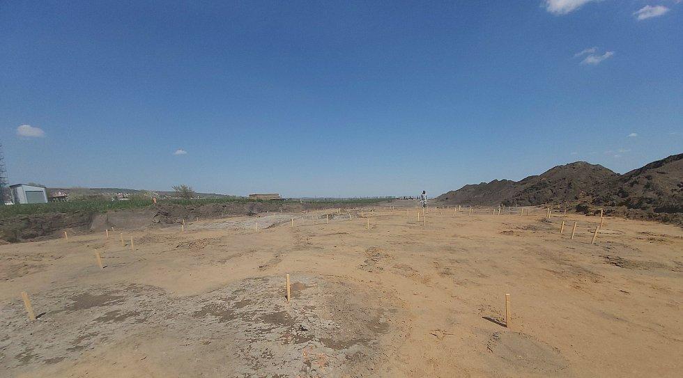 Archeologické žně na místě budoucí dálnice D55 u Polešovic.