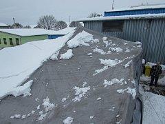 Ve skladě firmy Formika v Dolním Němčí se pod tíhou sněhu propadla střecha.