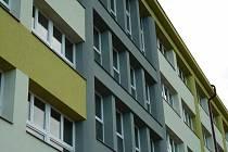 Budova Střední odborné školy a Gymnázia ve Starém Městě dostala nová okna.