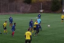 Fotbalisté Strání (ve žlutých dresech) remizovali na umělé trávě v Luhačovicích s rakouským Neudorfem 2:2.