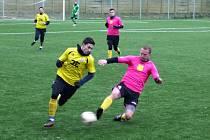 Fotbalisté divizního Strání (žluté dresy) na umělé trávě v Hodoníně zdolali Krumvíř 1:0.