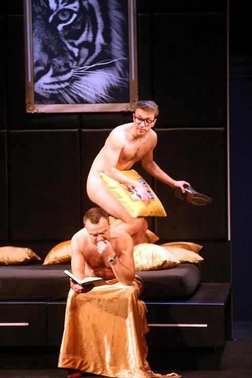 Hra Dva úplně nazí muži! ve Slováckém divadle v Uherském Hradišti.