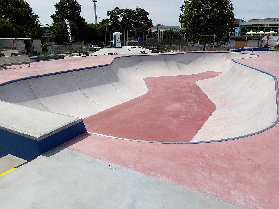 Těsně před dokončení je skatepark v Uherském Hradišti, nacházející se v těsném sousedství tamního aquaparku. Momentálně tam vrcholí terénní úpravy.