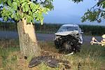 Řidička narazila do stromu, přiletěl pro ni vrtulník