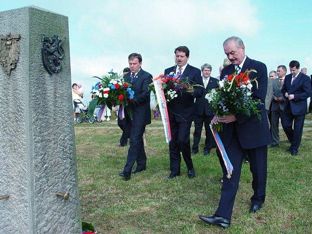 Mezi představiteli naší vlasti, kteří byli včera přítomni na vrcholu Velké Javořiny, nechyběl ani předseda Senátu Přemysl Sobotka (vpravo vepředu).