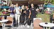 TÝM BARU LA CAMBUSA  na Ischii pózuje s Deníkem. Ten se tak dočkal zvěčnění na fotografii nejen se Zlíňankou Dagmar Koubkovou (zcela vlevo) a jejími kolegyněmi, ale také s majitelem restaurace Giovannim Borrellim (uprostřed). Snímek se tak třeba dočká umí