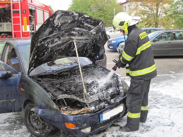Požár osobního vozidla na ulici Revoluční likvidovala jednotka uherskobrodských profesionálních hasičů.