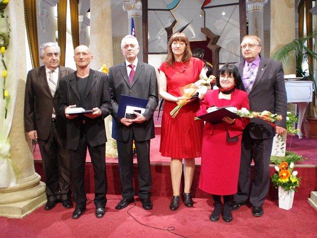 Dvě desítky pedagogických pracovníků ocenili představitelé Zlínského kraje ve středu 26. března ve Sloupovém sále Muzea J.A. Komenského v Uherském Brodě.